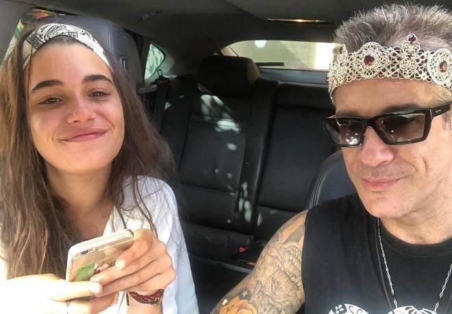 galã de Rosalinda apresenta namorada bem mais jovem