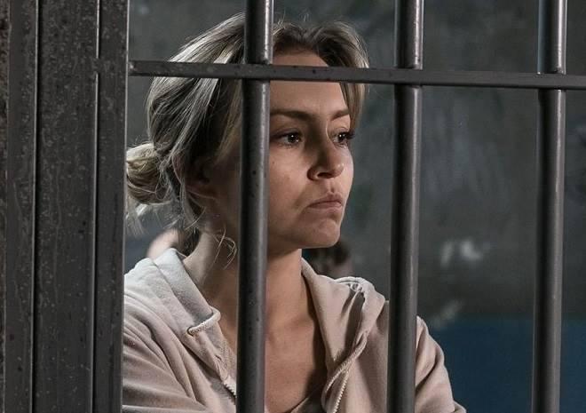 Angelique Boyer aparece atrás das grades em sua nova novela